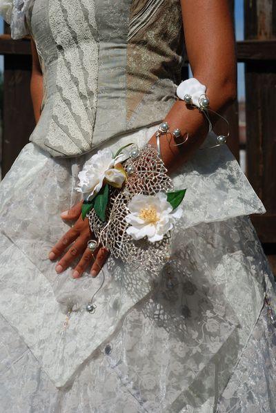 Bouquet de mariée et de demoiselle d'honneur dans les tons noir et blanc, comme la robe de mariée.